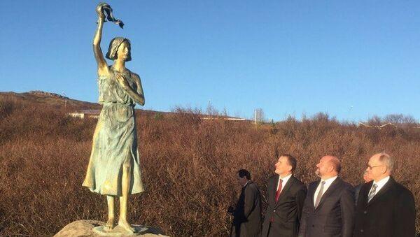 Церемония открытия памятника Надежда на мир на берегу исландского Хваль-фьорда