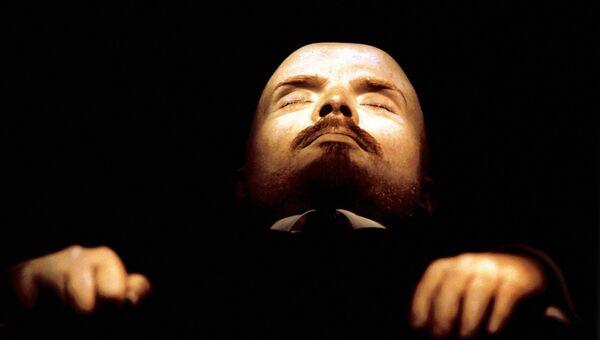 Бальзамированное тело В.И.Ленина в мавзолее в Москве. Архивное фото