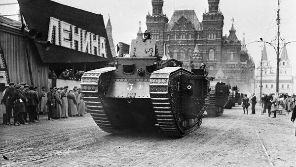 Танк на военном параде во время празднования годовщины Великой Октябрьской социалистической революции. 1930 год.