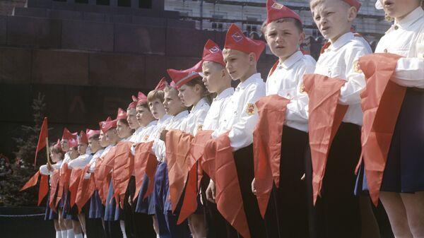 Участники торжественной церемонии принятия в пионеры на Красной площади в Москве. 1973 год.