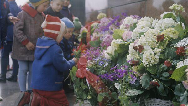 Дети во время возложения цветов к Мавзолею В.И.Ленина в Москве. 1968 год