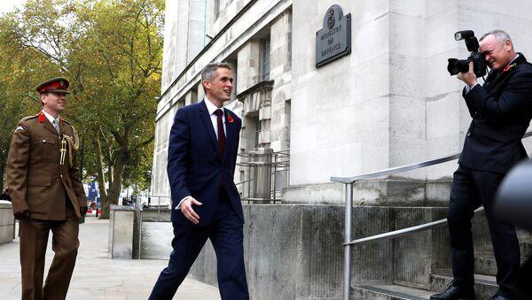 Гэвин Уильямсон у здания Министерства обороны Великобритании в Лондоне. 2 ноября 2017