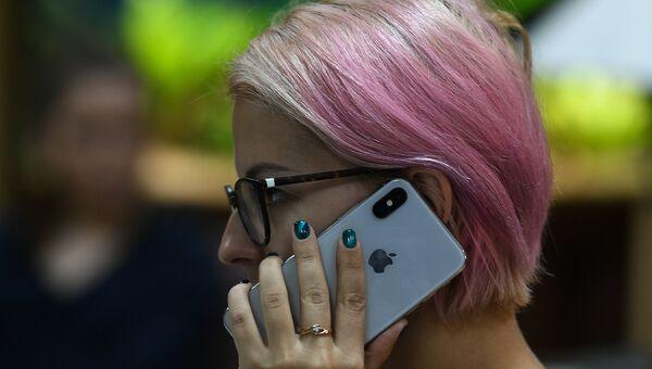 Девушка с iPhone. Архивное фото
