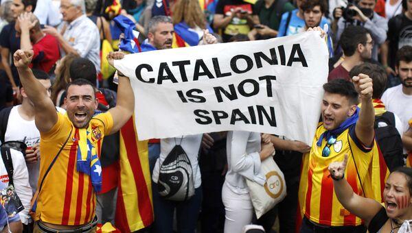Участники акции у здания парламента Каталонии в поддержку провозглашения независимости. 27 октября 2017