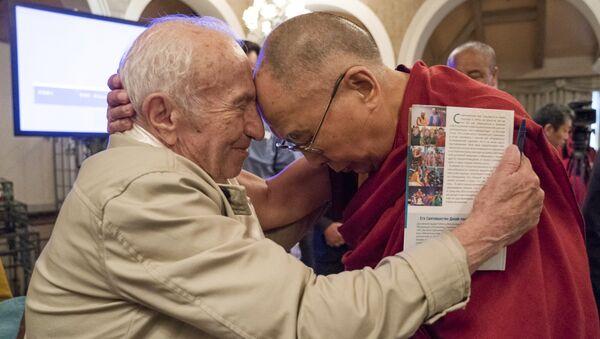 Далай-лама и российский профессор, специалист в области аналитической философии сознания Давид Дубровский (Институт философии РАН) на конференции в Дели после первого диалога о природе сознания