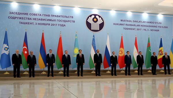 Председатель правительства РФ Дмитрий Медведев принимает участие в совместном фотографировании глав делегаций государств – участников Содружества Независимых Государств. 3 ноября 2017