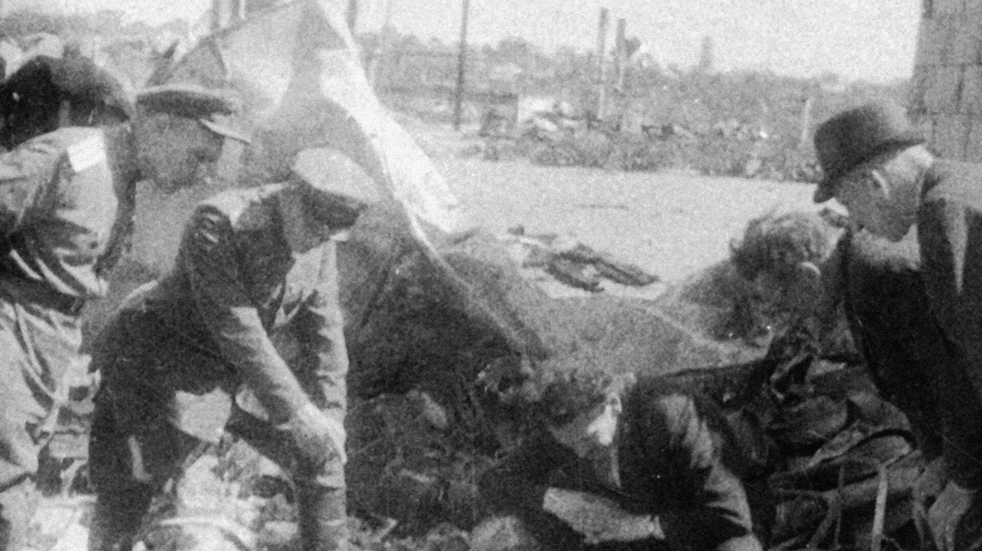 Солдаты осматривают подвалы, в которых во время немецкой оккупации скрывались евреи, Литва - РИА Новости, 1920, 11.06.2021