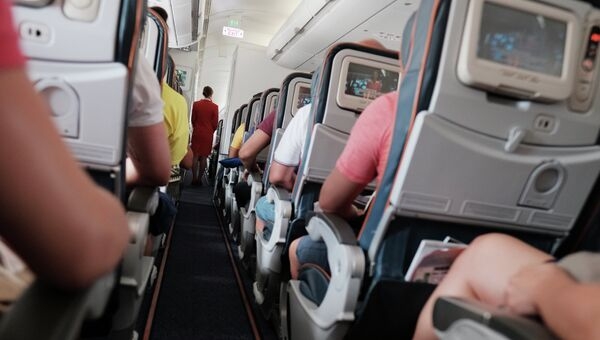 Пассажиры и бортпроводница в самолете авиакомпании Аэрофлот во время полета. Архивное фото