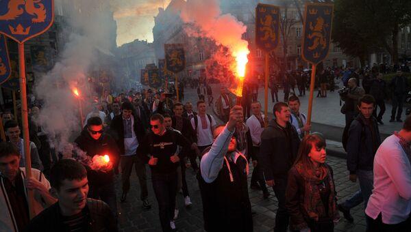 Участники марша в честь годовщины создания дивизии СС Галичина во Львове