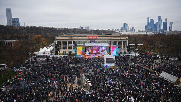 Посетители перед началом митинг-концерта Россия объединяет! на большой спортивной арене Лужники в Москве. 4 ноября 2017