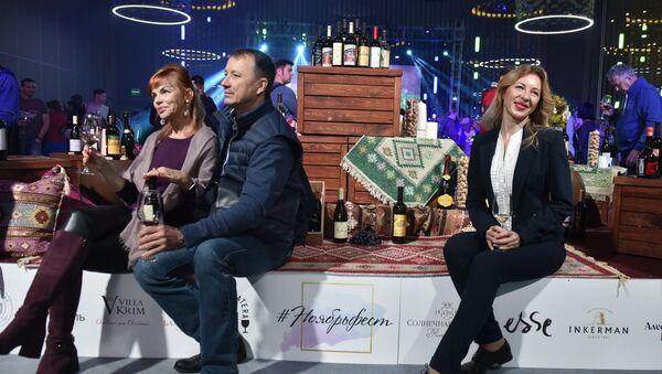 Посетители на открытии фестиваля молодого вина и гастрономии Ноябрьфест в санаторно-курортном комплексе Мрия резорт & Спа. 4 ноября 2017