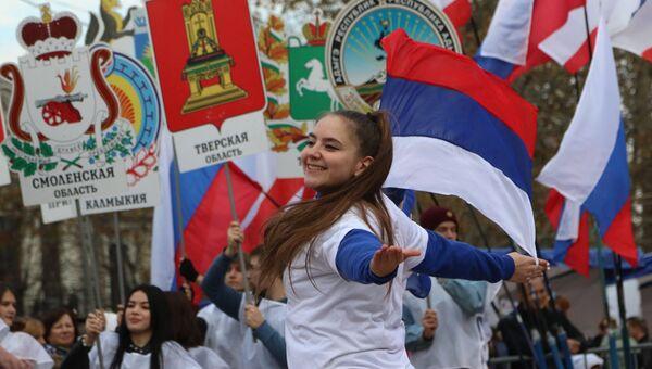 Участники театральной постановки с выносом 85 гербов субъектов России на праздновании Дня народного единства в Симферополе. 4 ноября 2017