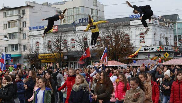 Жители Симферополя во время празднования Дня народного единства. 4 ноября 2017