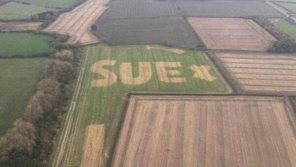 Снимок поля с надписью Sue с полицейского ветолёта в Англии