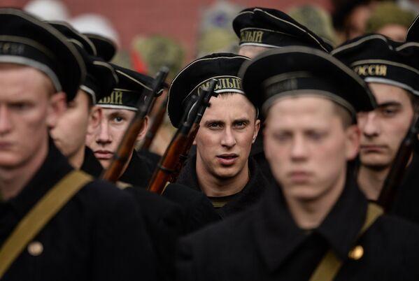 Военнослужащие на генеральной репетиции марша, посвященного 76-й годовщине парада 1941 года, на Красной площади в Москве