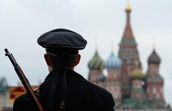 Военнослужащий на генеральной репетиции марша, посвященного 76-й годовщине парада 1941 года, на Красной площади в Москве
