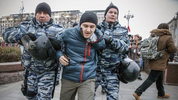 Задержание мужчины во время несанкционированной акции в Москве. 5 ноября 2017