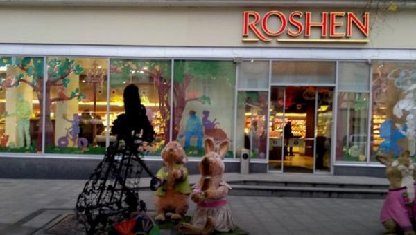Сожженная фигура зайчихи у магазина Roshen во Львове