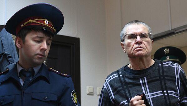 Экс-министр экономического развития Алексей Улюкаев в здании Замоскворецкого суда, где продолжаются слушания по его делу. 8 ноября 2017