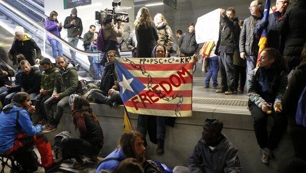 Сторонники независимости Каталонии, заблокировавшие вокзал и железнодорожные пути в Жироне, во время забастовки. 8 ноября 2017