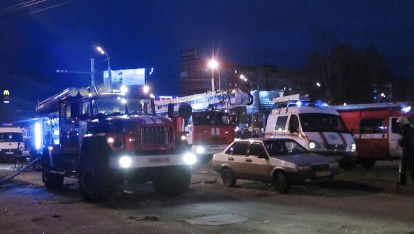 Пожарные автомашины у обрушившегося жилого панельного дома №26 по Удмуртской улице в Ижевске. 9 ноября 2017