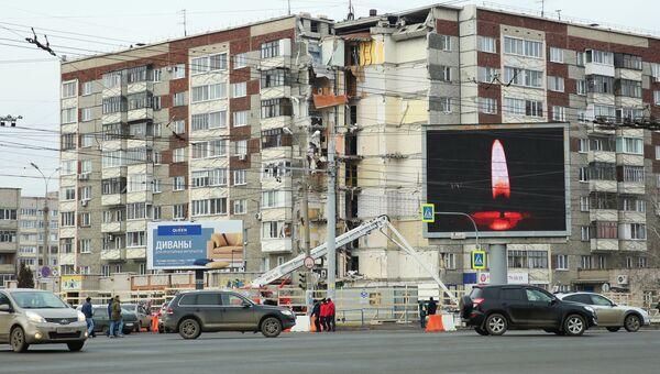 Щит с изображением свечи у жилого панельного дома по Удмуртской улице в Ижевске. 13 ноября 2017