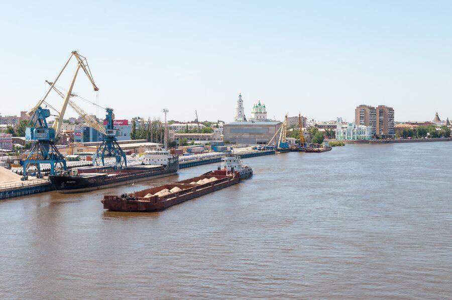 Морской порт в городе Астрахани