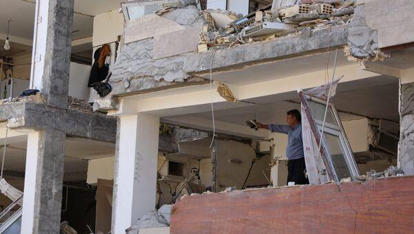 Мужчина в поврежденном здании после землетрясения в Керманшахе, Иран. 13 ноября 2017