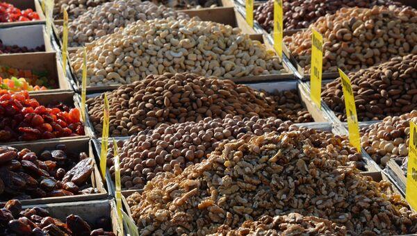 Продажа орехов и сухофруктов. Архивное фото