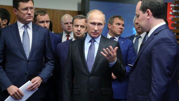 Президент РФ Владимир Путин во время посещения офиса компании ПАО Россети. 14 ноября 2017