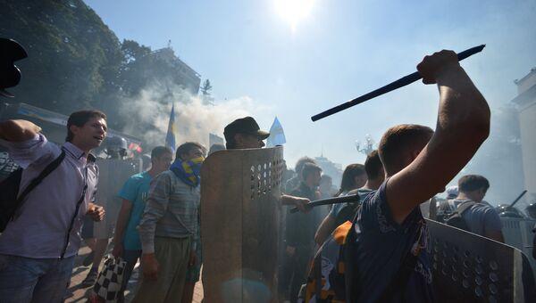 Участники протестных акций у здания Верховной рады в Киеве. 31 августа 2015