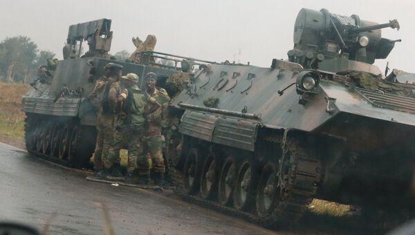 Военные на дороге недалеко от Хараре, Зимбабве. 14 ноября 2017
