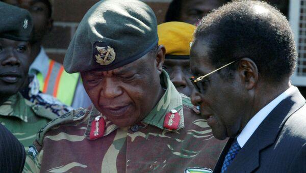 Глава генштаба армии Зимбабве Константин Чивенга и президент страны Роберт Мугабе. Архивное фото