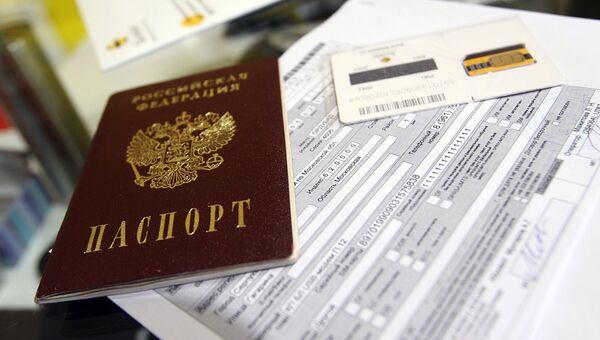 Паспорт и sim-карта в салоне связи. Архивное фото