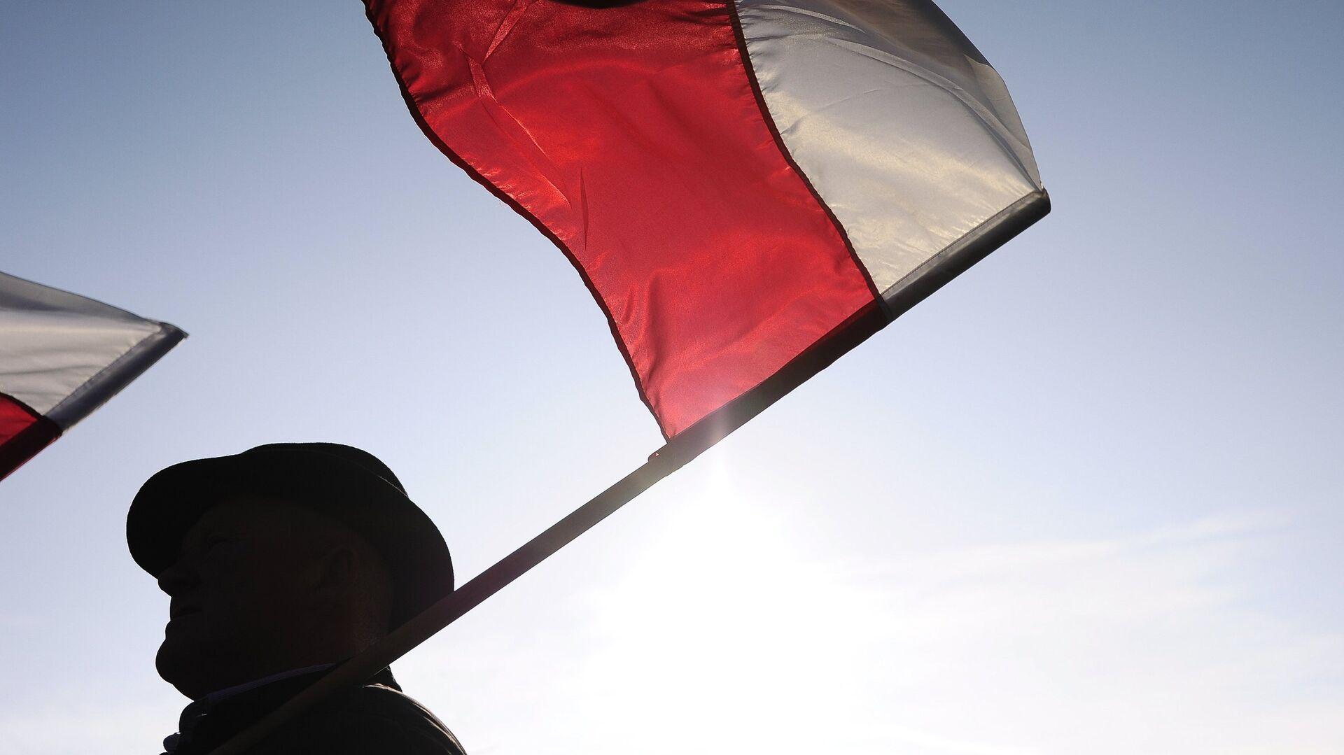 Мужчина с флагом Польши - РИА Новости, 1920, 11.06.2021