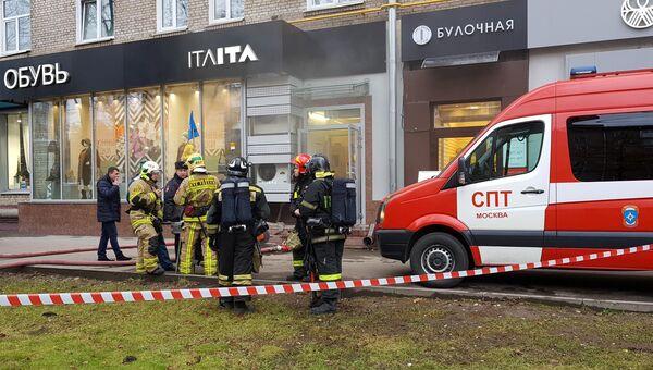 Пожарные расчеты на месте возгорания в здании на ул. Профсоюзная, где расположен детский сад. 15 ноября 2017