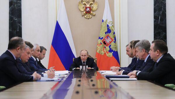Президент РФ Владимир Путин проводит совещание по вопросам развития судостроительного комплекса Звезда. 16 ноября 2017