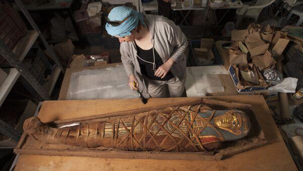 Мумия с позолоченной картонажной маской в деревянном саркофаге, найденная в ходе археологических исследований, проводимых ЦЕИ РАН на памятнике Дейр эль-Банат в Фаюмском оазисе Египта
