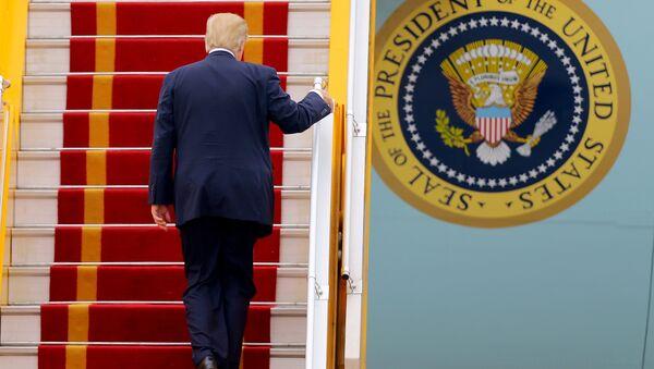 Президент США Дональд Трамп поднимается по трапу борта номер 1