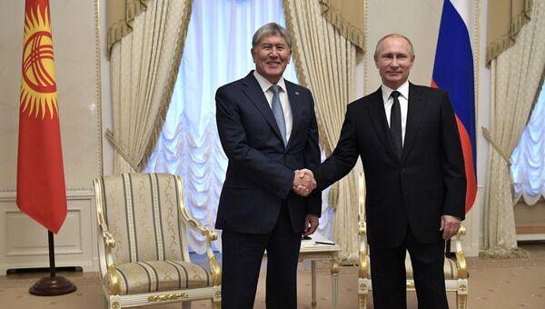 Президент РФ Владимир Путин и президент Киргизии Алмазбек Атамбаев (слева) во время встречи 17 декабря 2017