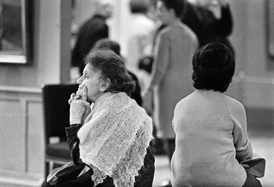 Женщины отдыхают на банкетке в Музее им. А. С. Пушкина