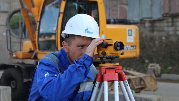Инженер МОЭК на строительстве новой теплотрассы