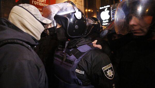 Столкновение украинских националистов с полицией. Архивное фото