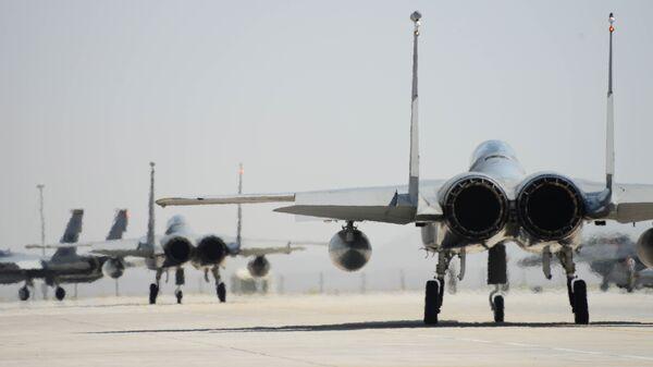 Истребители США  F-15 на взлетной полосе