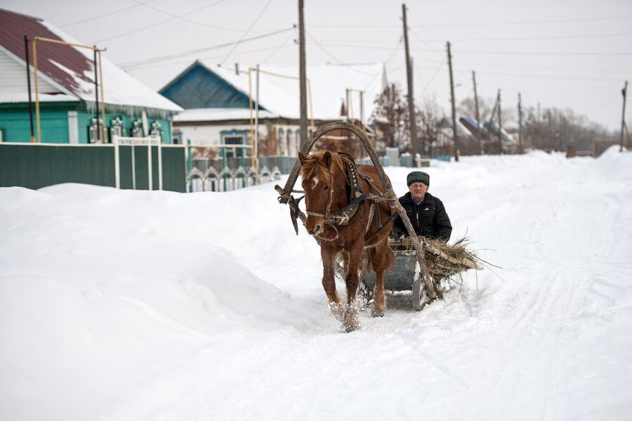Заснеженная улица села Желтое Оренбургской области. Многие жители из Желтого привозят свои платки на  платочный рынок у станции Саракташ