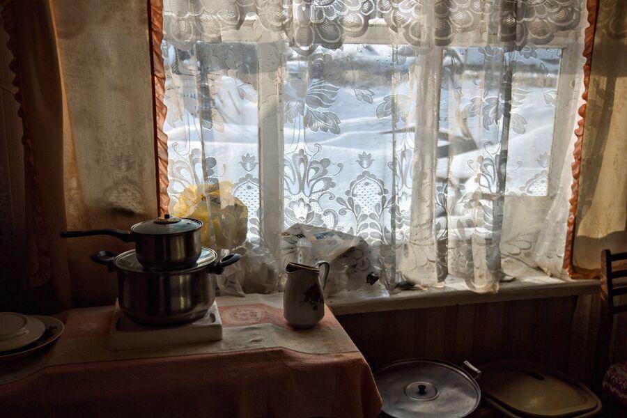 На кухне. Миннур Ишмуратова живет обычной деревенской жизнью. За день нужно успеть сделать работу по дому, по хозяйству, а в свободное  время можно продолжить любимое дело – вязание