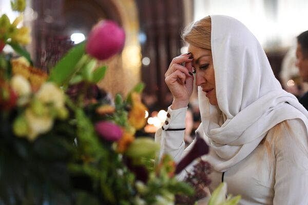Прихожанка во время литургии в храме Христа Спасителя
