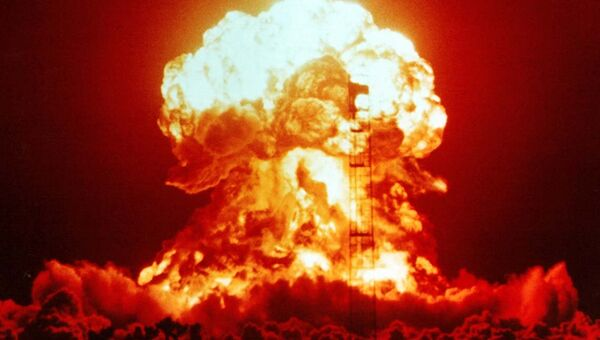 Взрыв атомной бомбы на испытательном полигоне в Неваде. Архивное фото