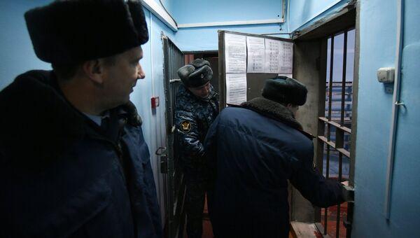 Сотрудники УФСИН во внутреннем помещении исправительной колонии. Архивное фото