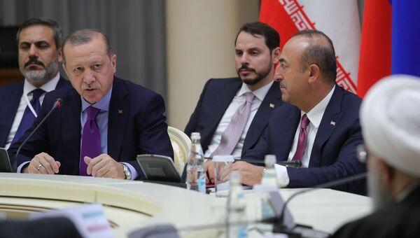Президент Турции Реджеп Тайип Эрдоган во время встречи с президентом РФ Владимиром Путиным и президентом Ирана Хасаном Рухани. 22 ноября 2017